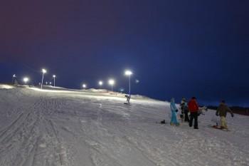 В Череповце кататься на лыжах и сноубордах с Гритинской горы можно и вечером